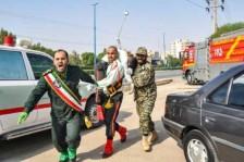رجل يحمل جنديًا إيرانيًا أصيب في هجوم الأهواز بتاريخ 22 سبتمبر 2018