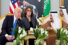 الملك سلمان بن عبد العزيز خلال استقباله الرئيس ترمب في السعودية العام الماضي