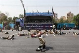 جنود مصابون ممددون في مسرح الهجوم على عرض عسكري في الأهواز