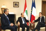 الرئيس اللبناني ميشال عون متوسطًا نظيره الفرنسي ماكرون والوزير جبران باسيل