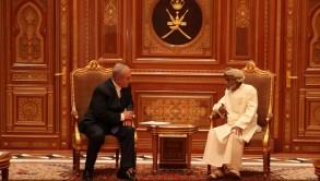 السلطان قابوس مستقبلا نتانياهو في مسقط