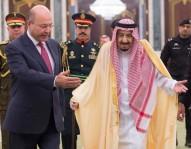 الملك سلمان مستقبلا الرئيس العراقي في قصر اليمامة
