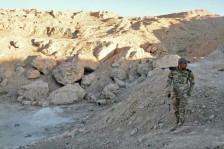 ضابط عراقي في موقع يشتبه في أنه مقبرة جماعية لضحايا داعش بتاريخ 18 نوفمبر 2016 قرب الموصل