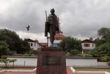 تمثال لزعيم الاستقلال الهندي المهاتما غاندي في أكرا الغانية تمت إزالته من حرم جامعي