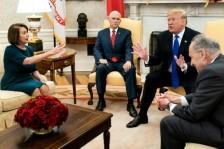 الرئيس الأميركي دونالد ترمب ونائبه مايك بنس خلال اجتماع مع زعيمة الأقليّة في مجلس النواب نانسي بيلوسي وزعيم الأقليّة في مجلس الشيوخ تشاك شومر