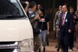 رهف القنون برفقة موظفين في جهاز الهجرة التايلاندية والمفوضية السامية للاجئين التابعة للأمم المتحدة في مطار بانكوك