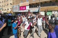 محتجون سودانيون يهتفون بشعارات خلال تظاهرة مناوئة لحكومة في الخرطوم