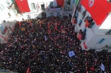 نقابيون تونسيون يتجمعون أمام المقر المركزي للاتحاد العام للشغل يوم الخميس غداة اضراب عام