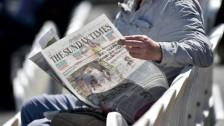 مواطن بريطاني يقرأ صحيفة