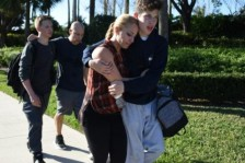 طلاب بعد عملية إطلاق نار في مدرستهم الثانوية في باركلاند بولاية فلوريدا الأميركية في 14 شباط/فبراير 2018