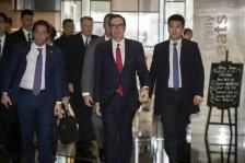 وزير الخزانة الأميركي (وسط) ستيفن منوتشين يعود إلى الفندق مقر إقامته بعد انتهاء المباحثات مع المسؤولين الصينيين
