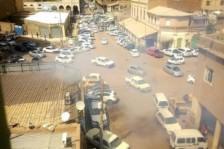 دخان وسط السيارات ناجم عن الغاز المسيل للدموع الذي أطلقه الأمن السوداني لتفريق متظاهرين مناهضين للحكومة في السودان في 14 شباط/فبراير 2019.