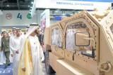 حاكم دبي متجولًا في أقسام المعرض