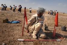 جانب من عمليات ازالة الألغام في العراق