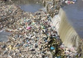 أطنان من البلاستيك تلوث المحيطات والبحار والأنهار