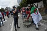 محتج يضع العلم الجزائري فوق كتفيه خلال تظاهرة في العاصمة الجمعة في 8 مارس 2019