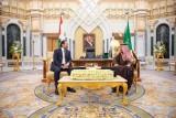العاهل السعودي الملك سلمان بن عبد العزيز خلال استقباله رئيس الوزراء اللبناني سعد الحريري