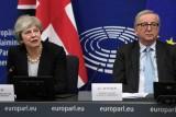 رئيس المفوضية الأوروبية جان كلود يونكر ورئيسة الوزراء البريطانية تيريزا ماي في مؤتمر صحافي بعد لقائهما في ستراسبورغ في فرنسا أمس الاثنين 11 مارس 2019