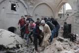 محاولة إنقاذ مدنيين في إدلب إثر غارة روسية
