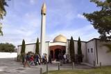 مصلّون يدخلون مسجد النور في كرايست تشيرش في جنوب نيوزيلندا عند إعادة فتحه في 23 مارس 2019 بعد ثمانية أيام على المجزرة التي أودت بخمسين مصليًا