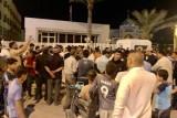 أنصار الصدر يتجمعون حاملين الزهور أمام مبنى القنصلية البحرينية في النجف