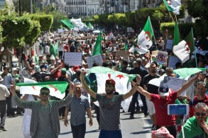 جزائريون يتظاهرون ضد النظام في العاصمة الجزائر في 10 ايار/مايو 2019.