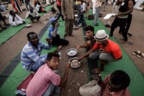 معتصمون سودانيون خلال إفطار أول يوم من شهر رمضان