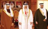 عاهل البحرين يتوسط عمه رئيس الحكومة وولي عهده