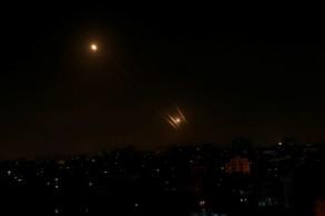 صورة من مدينة غزة في 5 مايو 2019 تظهر صواريخ تطلق من القطاع باتجاه إسرائيل