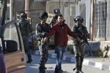 إسرائيل تعتقل فلسطينيين في الضفة الغربية