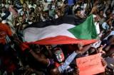 سودانيون أثناء الاعتصام أمام مقر قيادة الجيش في الخرطوم مساء الاحد في 19 مايو 2019