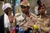نائب رئيس المجلس العسكري الانتقالي في السودان محمد حمدان دقلو في مؤتمر صحافي في الخرطوم في 18 مايو 2019
