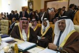 وزير الخارجية البحريني خالد بن أحمد آل خليفة (يسار) مع وزير الدولة الإماراتي للخارجية أنور قرقاش (يمين) في 29 آذار/مارس 2019 في تونس