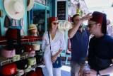 سائح يجرب طربوشا في احدى المحلات السياحية في المدينة القديمة في تونس الجمعة في 28 حزيران/يونيو 2019