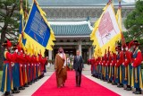 جانب من مراسم الاستقبال التي أجريت لولي العهد السعودي الأمير محمد بن سلمان في القصر الأزرق الرئاسي بالعاصمة الكورية سيول (واس)
