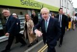 وزير الخارجية البريطاني السابق بوريس جونسون (وسط) قبيل اجتماع حزبي في غيزبورو في شمال شرق بريطانيا في 5 تموز/يوليو 2019