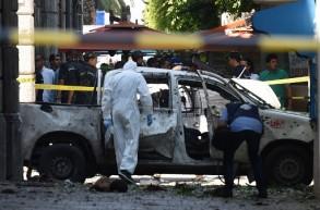 عربة متضررة من التفجير الانتحاري الذي جدّ الخميس في العاصمة التونسية