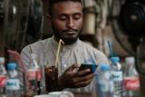 الشاب السوداني محمد عمر يتصل بالإنترنت على هاتفه النقال في أحد مقاهي الخرطوم في 17 يونيو 2019