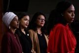 النائبات الديموقراطيات ايانا بريسلي (يمين) ورشيدة طليب (الثانية من اليمين) والكسندريا اوكاسيو-كورتيز (الثالثة من اليمين) والهان عمر خلال مؤتمرهن الصحفي للرد على ترمب