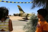 نزع صواعق القنابل من الطائرة الليبية التي هبطت اضطرارياً في تونس