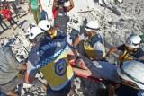 عناصر من الخوذ البيضاء تنقل جريحًا انتشل من تحت أنقاض مبنى في معرة النعمان في محافظة إدلب في 23 يوليو 2019