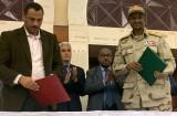 نائب رئيس المجلس العسكري الحاكم محمد حمدان دقلو (يمين) وممثل قوى الحرية والتغيير أحمد الربيع (يسار) بعد التوقيع الأحرف الأولى على وثيقة الاتفاق السياسي في السودان، في الخرطوم في 17 تموز/يوليو 2019.