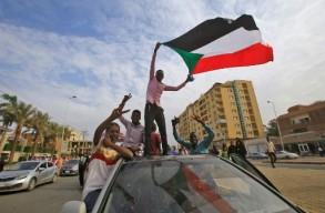 سودانيون يحتفلون بالتوصّل الى اتفاق بين الجيش والحراك