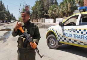 عنصر من الشرطة الكردية بُعيد تفجير سيارة مفخخة في القحطانية بمحافظة الحسكة السورية