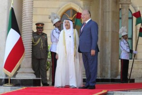الرئيس صالح مستقبلا أمير الكويت لدى زيارته الأخيرة للعراق