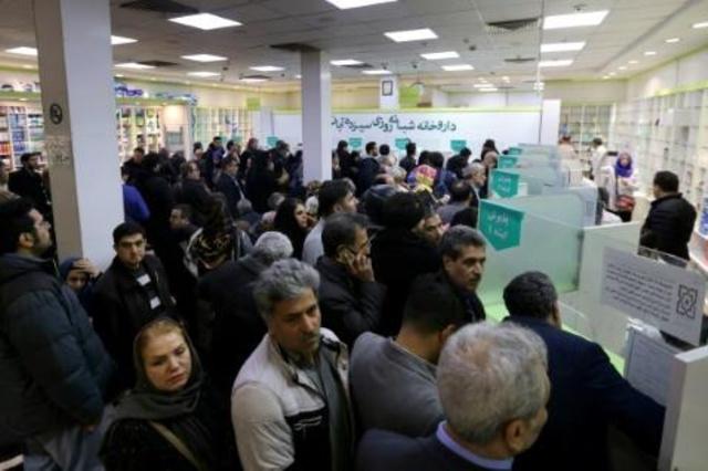 إيرانيون بانتظار الحصول على أدوية في صيدلية