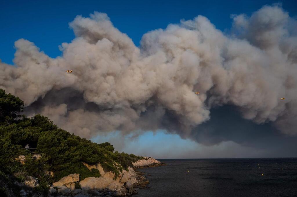 طائرات تحاول إطفاء الحريق الذي اندلع في مارتيغ بالقرب من مرسيليا بتاريخ 4 أغسطس 2020