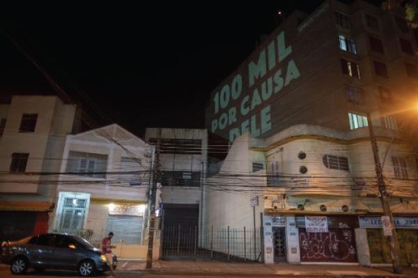 لوحة ضوئية على جدار بناء برازيلي لتعداد وفيات كورونا الذي بلغ 100 ألف وفاة السبت