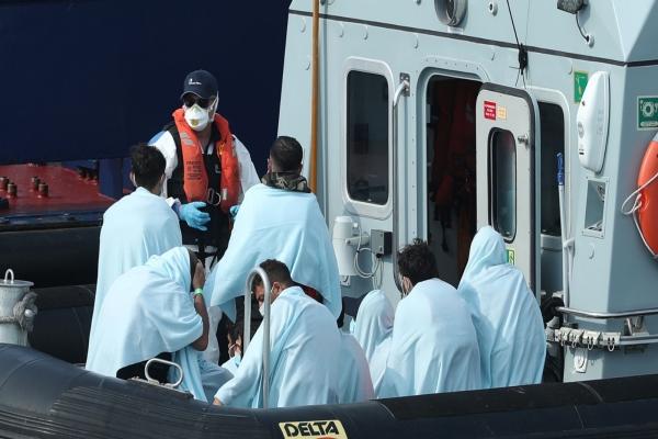 مهاجرون عبروا القنال يوم الأحد (سكاي نيوز)