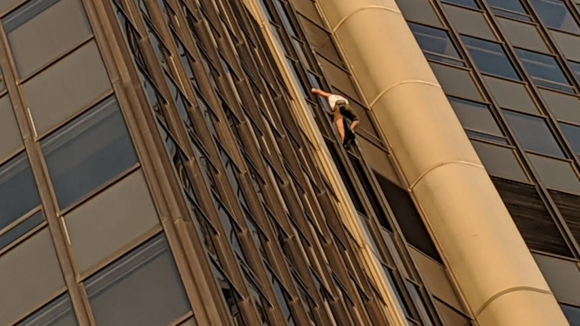 البولندي متسلقًا برج مونبارناس في فرنسا